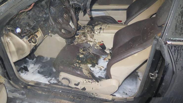 Das Auto geriet kurz vor Mitternacht in Brand.