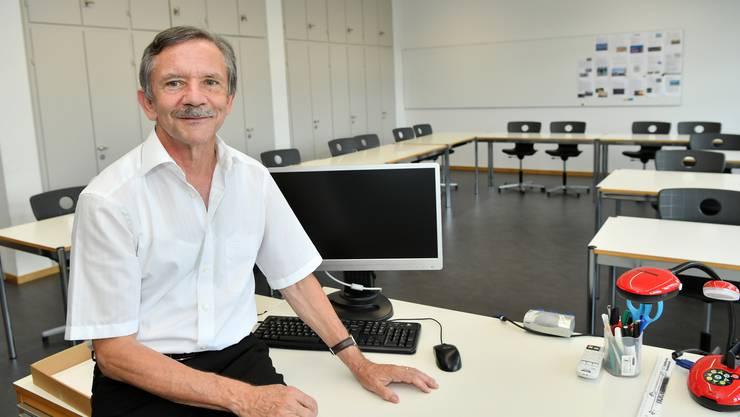 Franz Derendinger am Ort seines jahrelangen Wirkens, dem Zimmer 212, in der Berufsschule Olten.