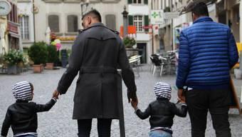 Die beiden Väter Michael und Rhosan in der Lenzburger Altstadt mit ihren Zwillingskindern Rafael und Rahul. (Carolin Frei)