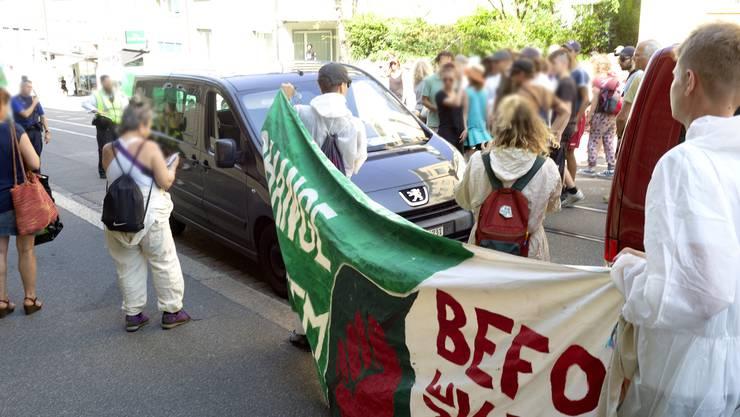 Demo gegen Banken und für die noch immer inhaftierten Demonstranten von der gestrigen Blockade vor der UBS. Dieses mal demonstrierten die Leute mehr vor der CS am Bankverein und zogen danach via Freiestrasse, Barfüsserplatz und Steinenvorstadt vor die Staatsanwaltschaft am Waaghof. von dort ging es dann zur Heuwaage, wo Kollegen bereits den ganzen Tag gegenüber des Waaghofs ausharrten. Es gab ein kurzes Intermezzo mit einem Auto vor der Stawa, als dieser parken wollte und die Demonstranten nicht Platz machten. Darauf rollte er vorwärtsund die bedrängten Demonstranten rissen ihm den Scheibenwischer ab.
