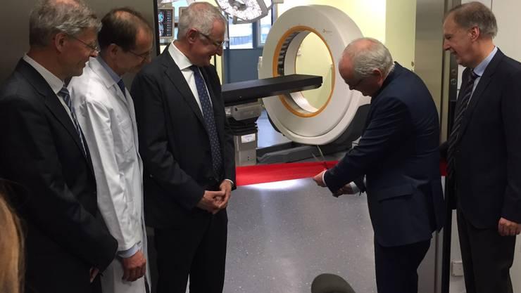 Der bernische Gesundheits- und Fürsorgedirektor Pierre Alain Schnegg durchschneidet das rote Band zum neuen Operationsbereich.