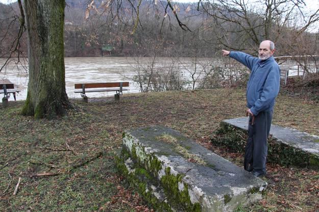 Fahr in Stilli Historiker Max Baumann steht zwischen den Fundamenten der Zugvorrichtung am Ufer der Aare