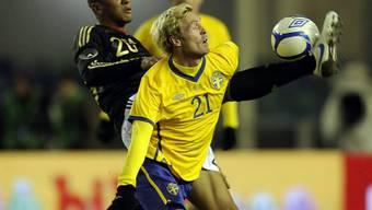 Deutschlands Jerome Boateng (links) spitzelt Christian Wilhelmsson den Ball weg