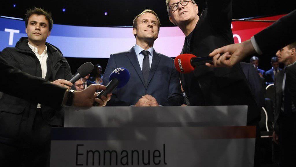 Wird als Favorit für Frankreichs Präsidentschaftswahl gehandelt: der Sozialliberale Emmanuel Macron (m.), hier kurz vor der TV-Debatte in den Nachrichtensendern BFMTV und CNews.