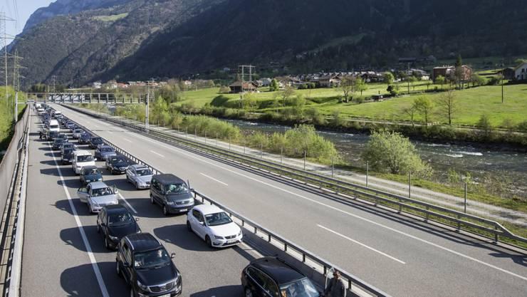 Zwar an der Sonne, aber noch nicht im Süden: Oster-Stau vor dem Gotthard-Nordportal