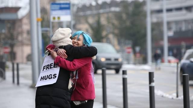 Free Hugs: Redaktorin Flurina verteilt Gratis-Umarmungen
