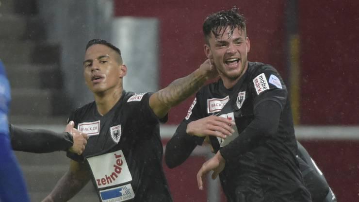 Carlinhos (links) und Zoran Josipovic (rechts) jubeln nach dem Tor zum 0:1.