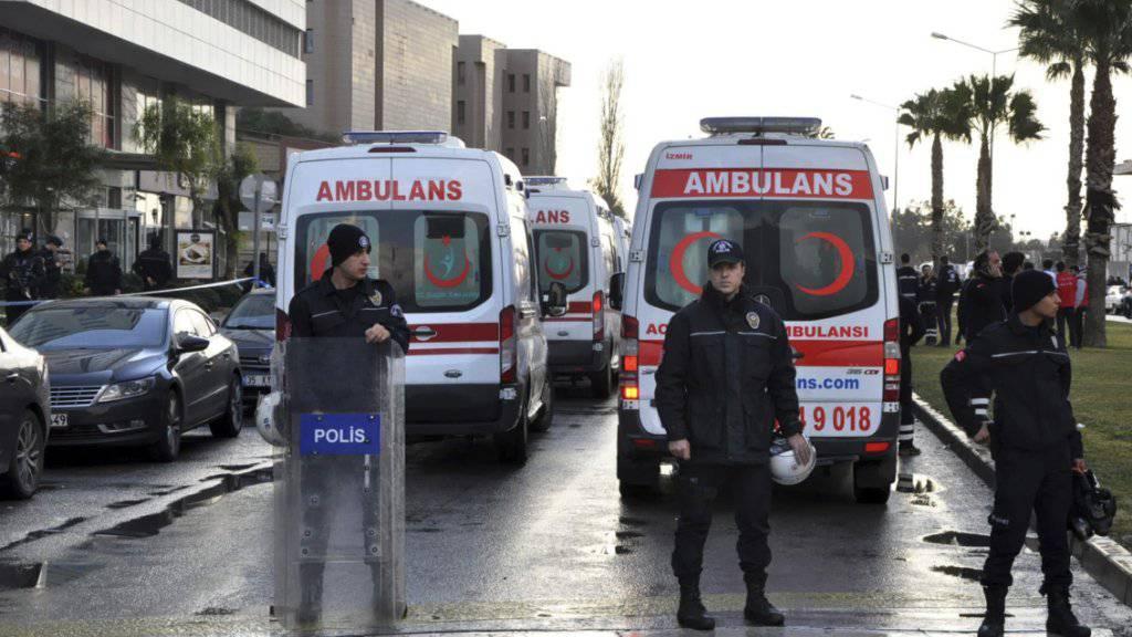 Sicherheitskräfte und Ambulanzfahrzeuge in Position nach dem Anschlag in Izmir.