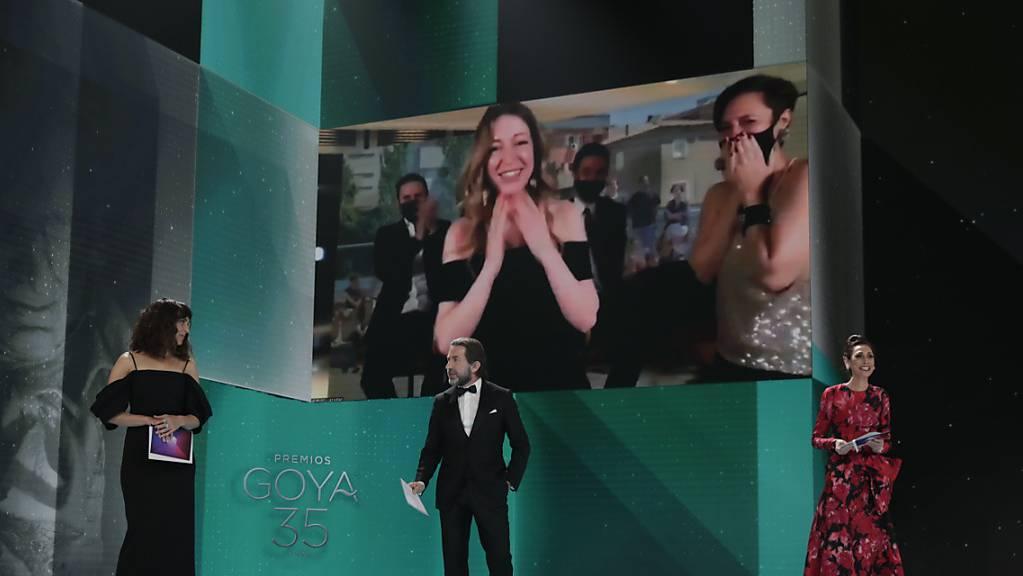 Pilar Palomero (auf dem Monitor, M), Regisseurin aus Spanien, wird für den Film «Las niñas» bei der Goya-Verleihung 2021 als «beste neue Regisseurin» ausgezeichnet.