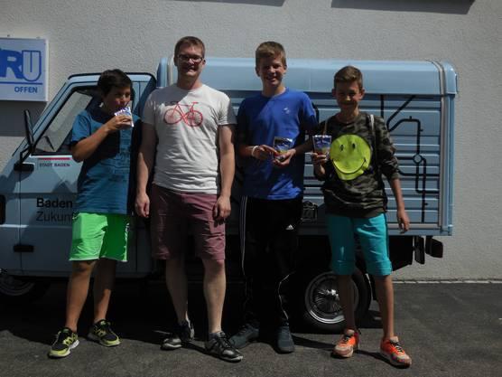 Tobias Bockstaller (2. v. links) zeigte sich erfreut über den regen Besuch im Jugendraum