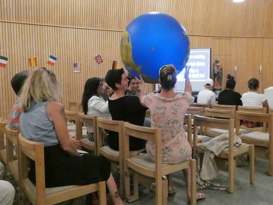 Zum Fest der Nationen kommen fast 100 Menschen ins katholische Kirchenzentrum nach Schinznach-Dorf;