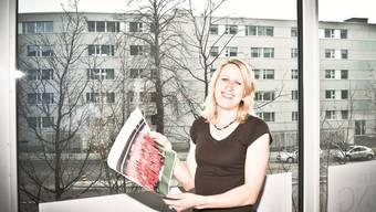 Arlette Meier-Hunger (auf der LiZ-Redaktion) mit einer Abbildung des Schweizer Leichtathletik-Teams 2010.