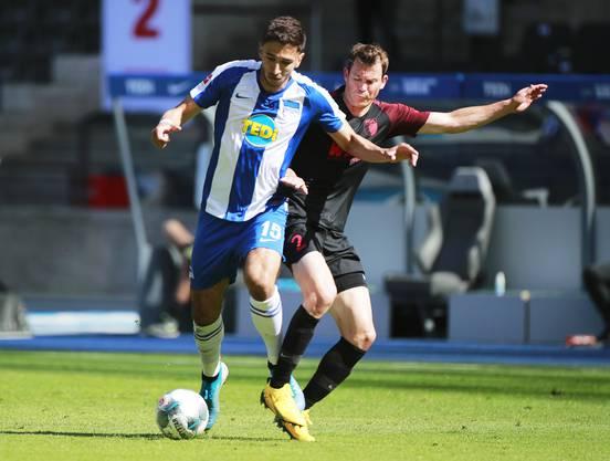 Herthas Marko Grujic (links) gegen den Schweizer Nationalcaptain vom FC Augsburg Stephan Lichtsteiner.