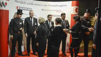 Beim Handshake (v. l.): Andreas Schneider, John Häfelfinger und Christoph Buser, flankiert von zwei echten Kaminfegern, die im 2018 Glück bringen sollen.