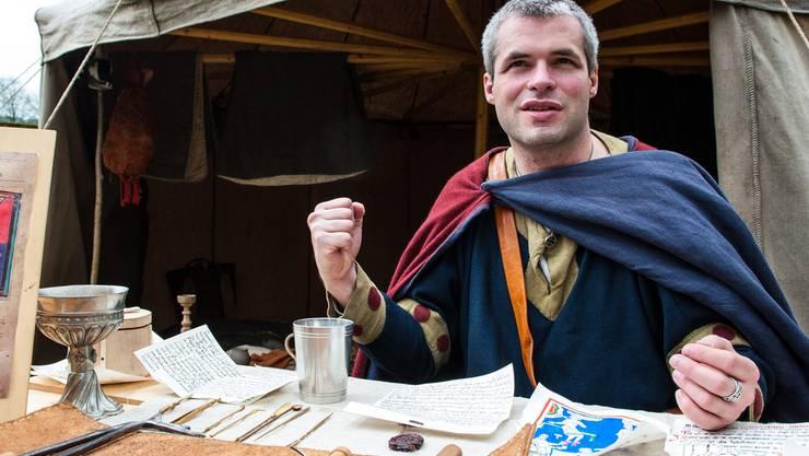 Ein Arzt der Comthurey Alpinum erklärt die mittelalterlichen Heilmethoden.