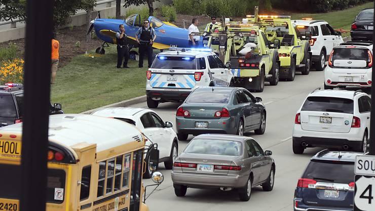 Der Flieger mit Motorschaden wurde nach der erfolgreichen Notlandung auf dem Grünstreifen neben der stark befahrenen Autobahn abgestellt.