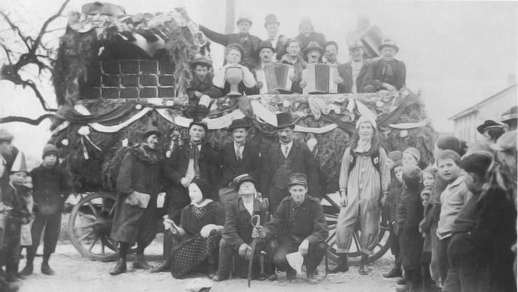 Die Knabengesellschaft Urdorf hat schon vor 100 Jahren mit einem Wagen am Fasnachtsumzug teilgenommen.