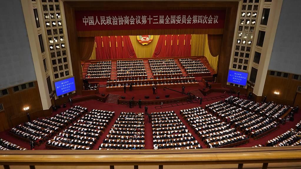 Führungspersönlichkeiten und Delegierte nehmen an der Abschlusssitzung der Chinesischen Politischen Konsultativkonferenz des Volkes (CPPCC) in der Großen Halle des Volkes. Foto: Mark Schiefelbein/AP/dpa