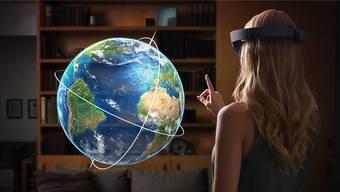 Microsofts Hololens-Brille machts möglich: Mit einer Handbewegung lässt sich ein Hologramm unseres Planeten hervorzaubern.Fotos: Microsoft