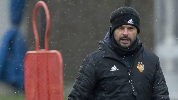 FCB-Cheftrainer Ciriaco Sforza beobachtet das erste Training im neuen Jahr kritisch.