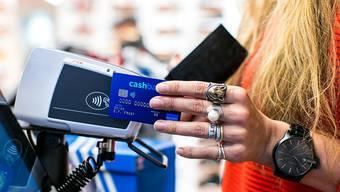 Kontaktloses Zahlen ohne PIN ist neu bis 80 Franken möglich. (Bild von Swisscard)
