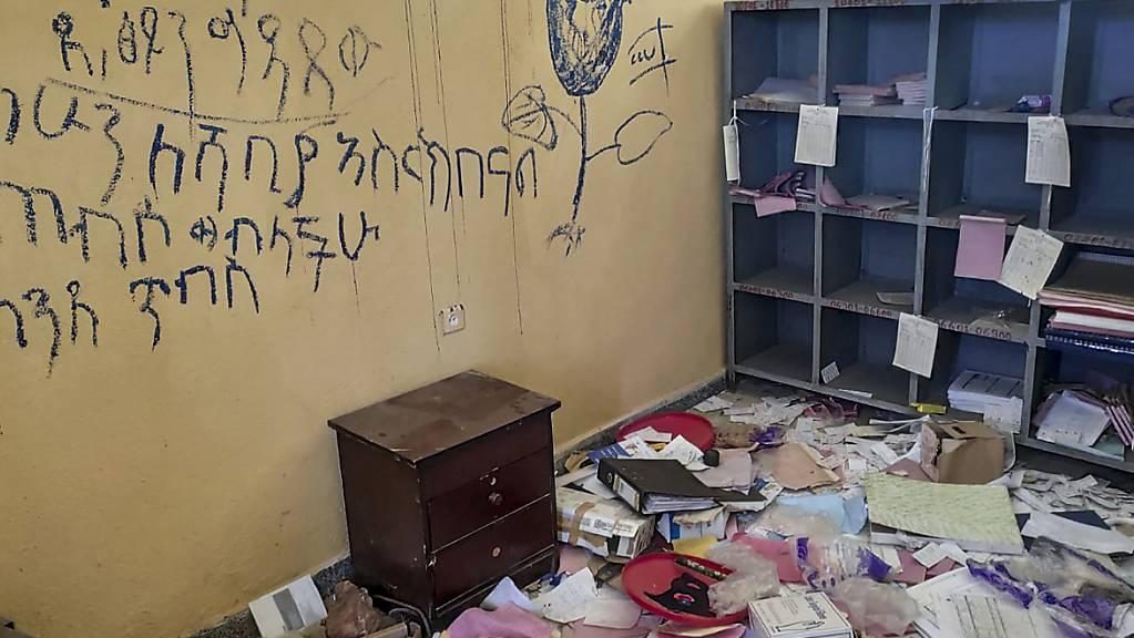 ARCHIV - Blick in einen Raum in einem Gesundheitszentrum in der Region Tigray im Norden Äthiopiens. In Äthiopien hat die Hilfsorganisation Ärzte ohne Grenzen (MSF) ihre medizinische und humanitäre Hilfe weitgehend eingestellt. Sie reagierte damit auf ein Verbot der Behörden in Addis Abeba. Foto: -/Medecins Sans Frontieres/AP/dpa - ACHTUNG: Nur zur redaktionellen Verwendung und nur mit vollständiger Nennung des vorstehenden Credits