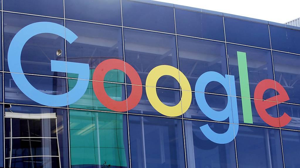 ARCHIV - Das Logo von Google an der Fassade des Hauptsitzes des Mutterkonzerns Alphabet im US-Bundesstaat Kalifornien. Foto: Jeff Chiu/AP/dpa/Archiv
