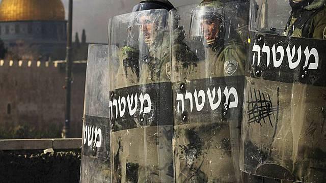 Israelische Polizisten gehen gegen Unruhen vor (Archiv)