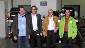 Daniel John, Andreas Binczyk, Andreas Joerg und Kraftwerksleiter Patrick Obrist (v.l.) freuen sich über die neue Wärmepumpe, die auch den «Rhypark» heizt. mf