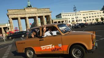 """""""Trabi Safari"""" vor dem Brandenburger Tor in Berlin. DDR-Nostalgie und auch eine gewisse emotionale Nähe zu Russland ist gerade im Osten Deutschlands immernoch präsent."""