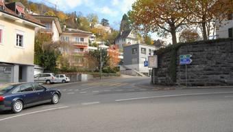 Gefährliche Situation: Etwas unterhalb und links von der Mauer erfasste der an einer stehenden Kolonne vorbeifahrende Wagen von S. die von rechts in der Kurve entgegenkommende Velofahrerin. (Bild: Walter Schwager)