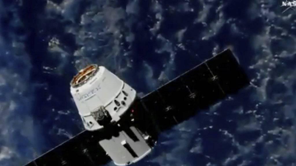 Der Raumfrachter nähert sich der Internationalen Raumstation ISS.