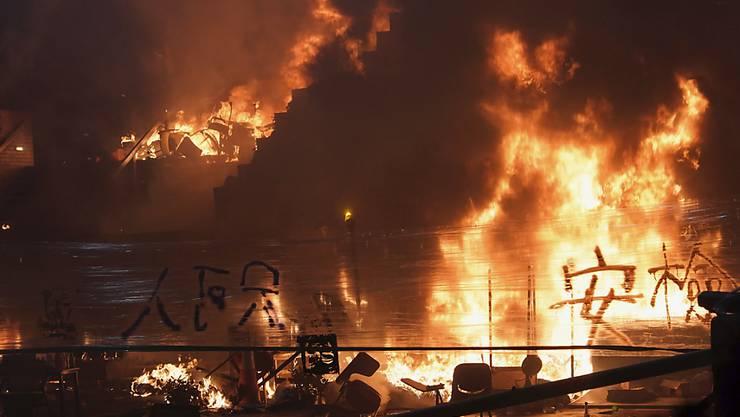 Demonstranten entfachten vor der Polytechnischen Universität in Hongkong ein grosses Feuer.