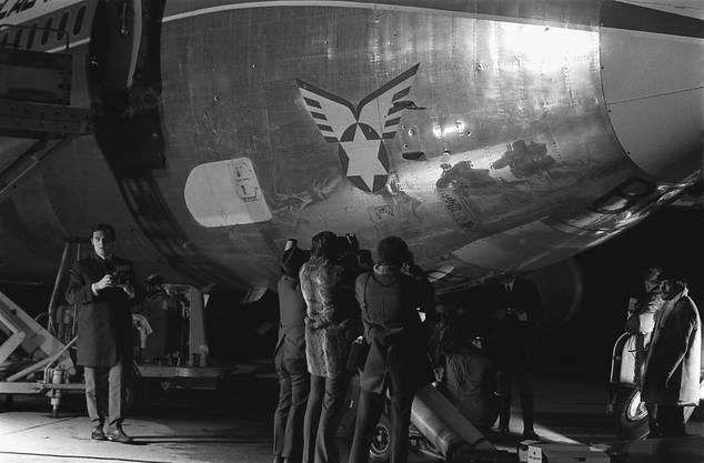 Die Maschinengewehrsalven hinterliessen zahlreiche Einschusslöcher in der Boeing 720-058B.