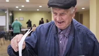 Ein Mann gibt in der litauischen Hauptstadt Vilnius seine Stimme ab.