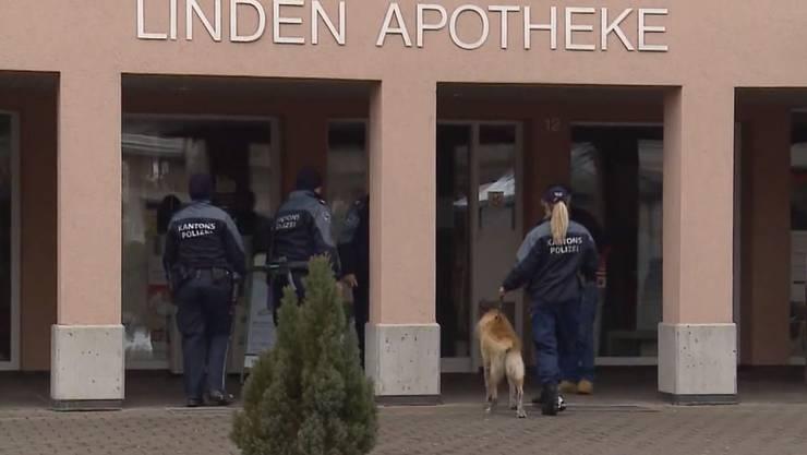 Nach dem Überfall fahndete die Polizei mit Suchhunden nach dem Täter.