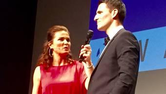 Moderatorin Judith Wernli interviewt Ex-Profi Mario Eggimann.
