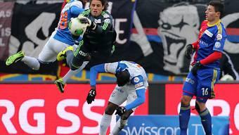 FCB-Goalie Sommer schnappt sich den Ball vor Toko (l.) und Ngamukol