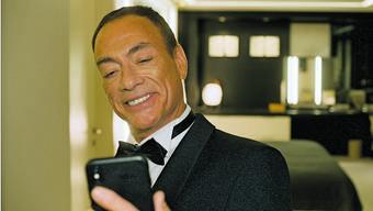Hat Jean-Claude Van Damme gerade den Jackpot geknackt? Sein straffes Lächeln könnte hierfür sprechen.