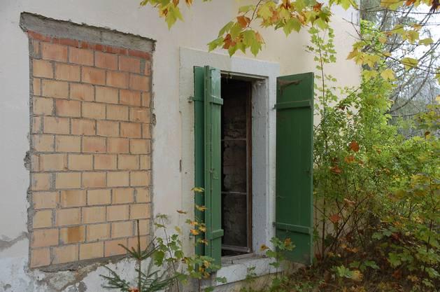 Das Schloss Rued wurde am 20.10.06 betreibungsrechtlich versteigert. Eine Woche zuvor konnte man sich an einem Tag der offenen Tür ein Bild machen von der maroden Anlage.