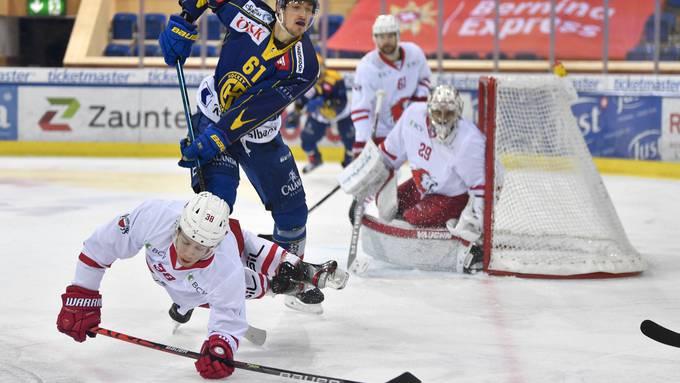Lausannes Lukas Frick (am Boden) schiesst das erste Tor, am Ende gewinnen aber die Davoser um Fabrice Herzog.