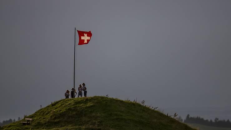 Die Ruhe vor dem Sturm: Wanderer auf der Oberegg oberhalb von Fischenthal ZH vor dem Gewitter am Nationalfeiertag.