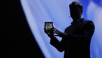 Der Bildschirm kann zusammengeklappt werden: Samsung präsentierte am Mittwoch den Prototypen für ein faltbares Smartphone-Display.