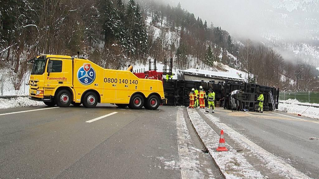 Gekippter Autotransporter blockiert A2