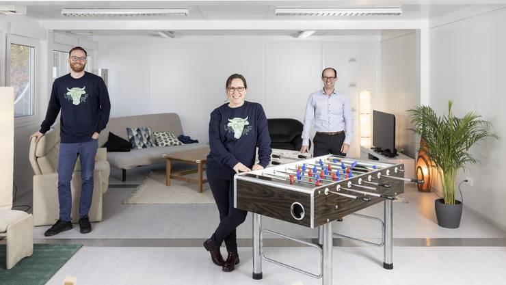 Freuen sich auf die Arbeit mit den Urdorfer Jugendlichen: Benjamin Timischl und Ramona Hochrainer. Auch im Bild ist der zuständige Sozialvorstand Olivier Buchs (FDP).