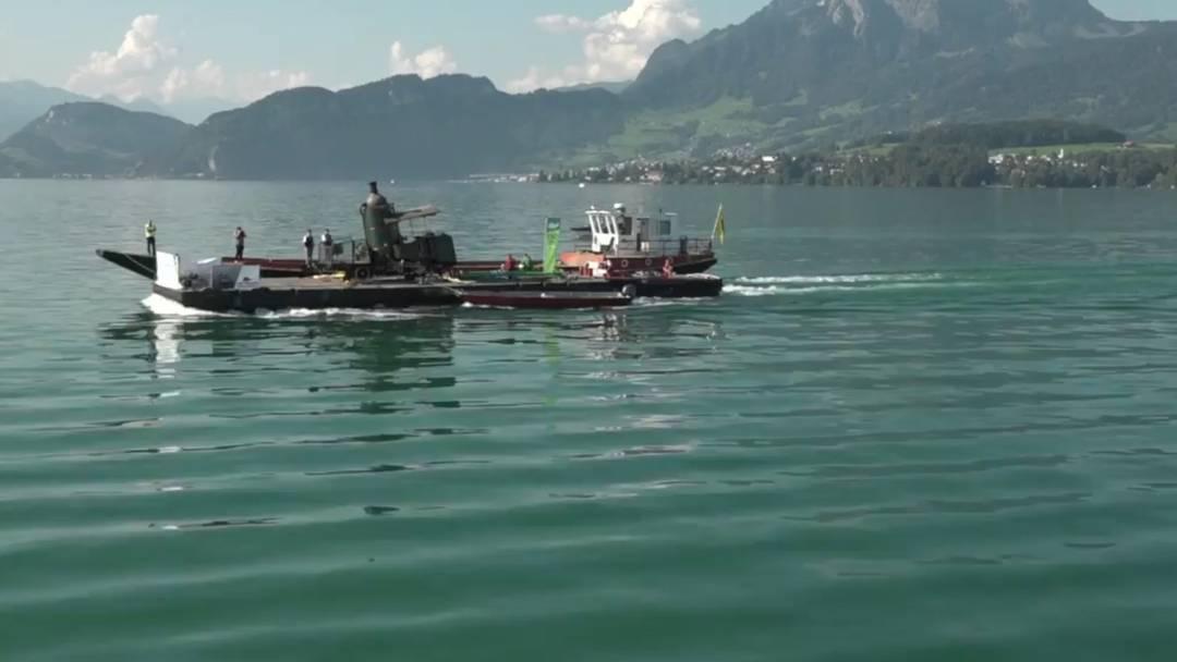 Eine historische Dampflok sticht in See