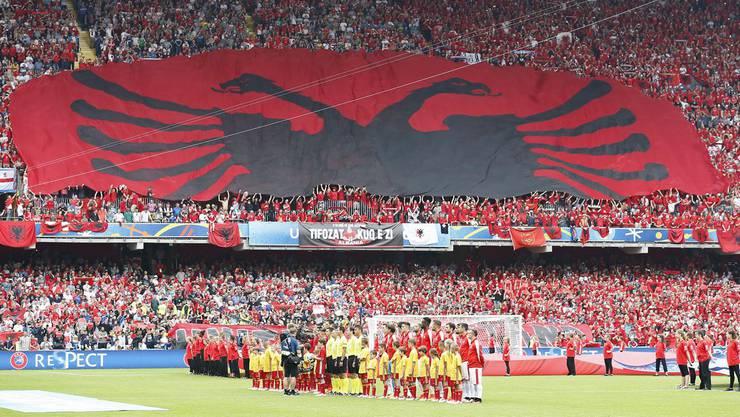 Das Doppeladler-Symbol ziert viele Flaggen: So zum Beispiel die albanische...