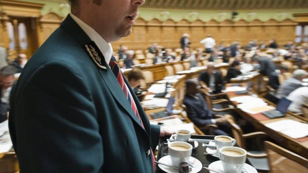 Da hilft nur Kaffee: Der Nationalrat hat es am Donnerstag abgelehnt, den Sitzungsbeginn von 8 Uhr auf 8.15 Uhr zu verschieben (Archiv/Symbolbild).