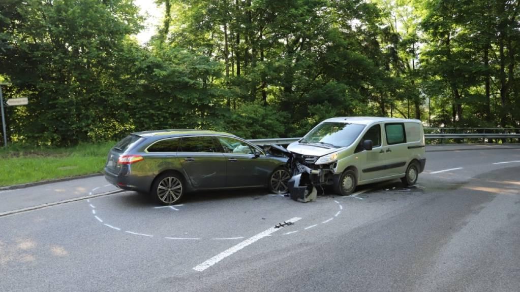 Bei der Frontalkollision zwischen einem Auto und einem  Lieferwagen wurde niemand verletzt. Es entstand jedoch hoher Sachschaden.