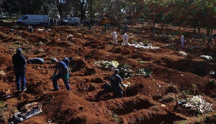 Totengräber heben in Brasilien Massengräber für die Coronavirus-Toten aus.